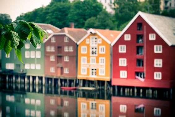 maisons colorées sur l'eau