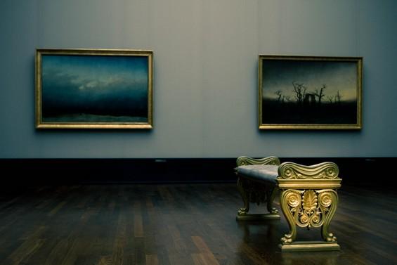 """""""Moine au bord de la mer"""" a gauche et """"Abbaye dans une forêt de chênes"""" à droite."""