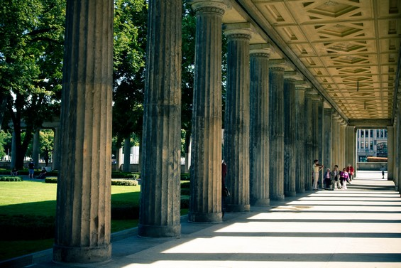 colonnade extérieure au musée