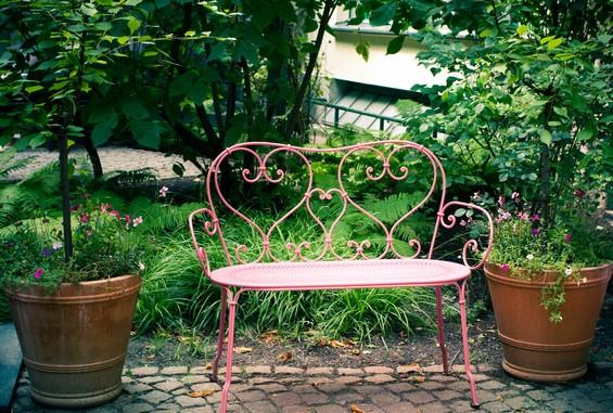 Petit banc dans une cour