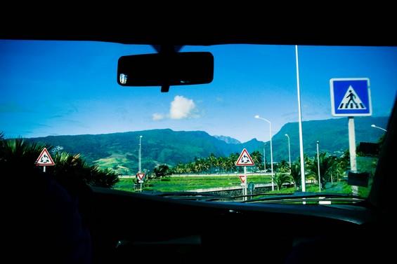 Les montagnes se dressent au loin