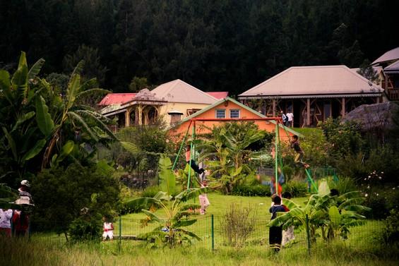 Petit village et enfants