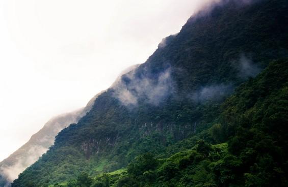 flan de montagne et nuages