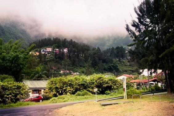 vue depuis la route sur le flan de montagne