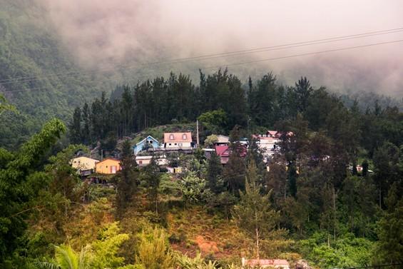 maisons accrochées à flan de montagne
