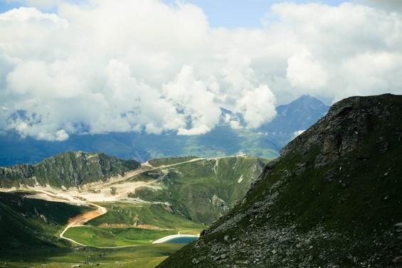 sur les hauteurs montagneuses