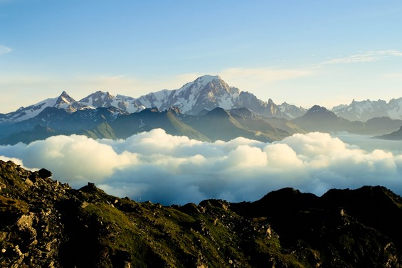 Les sommets rocheux accrochent les cumulus
