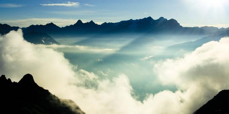 Quand l'inaccessible rencontre le plus chaud des astres…Cela donne un lever de soleil sur le Mont Blanc.