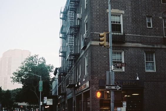 Les rues de la ville, entre ciel et immeubles