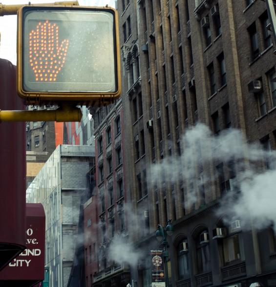 Les rues de la ville, entre ciel et building