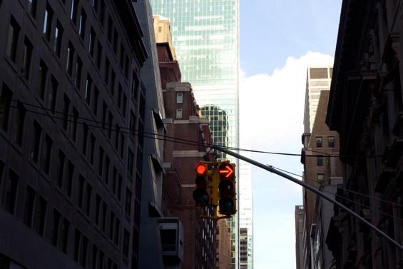 Les rues de la ville entre ciel et building