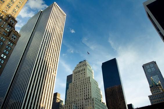 Les rues de la ville entre ciel et buildings