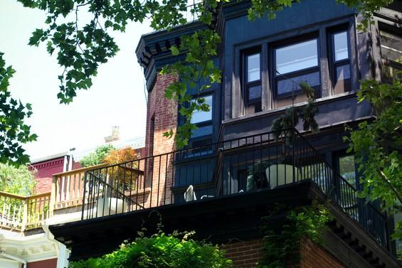 Les maisons colorées entre verdure et fer forgé.