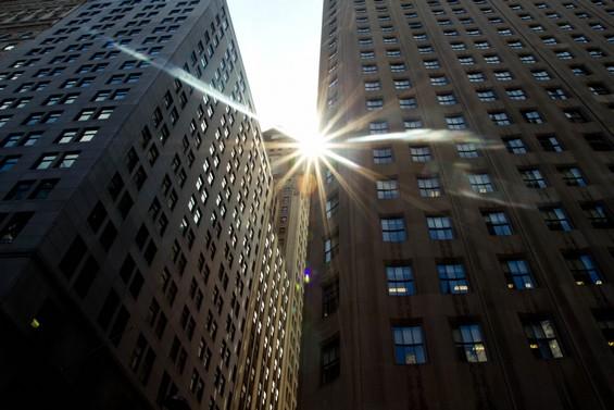 Le soleil entre les buildings