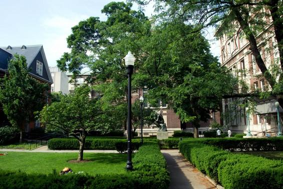 """Jardin de l'université avec """"Le Penseur"""" de Rodin"""