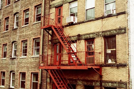 Facade d'immeuble et escalier de secours