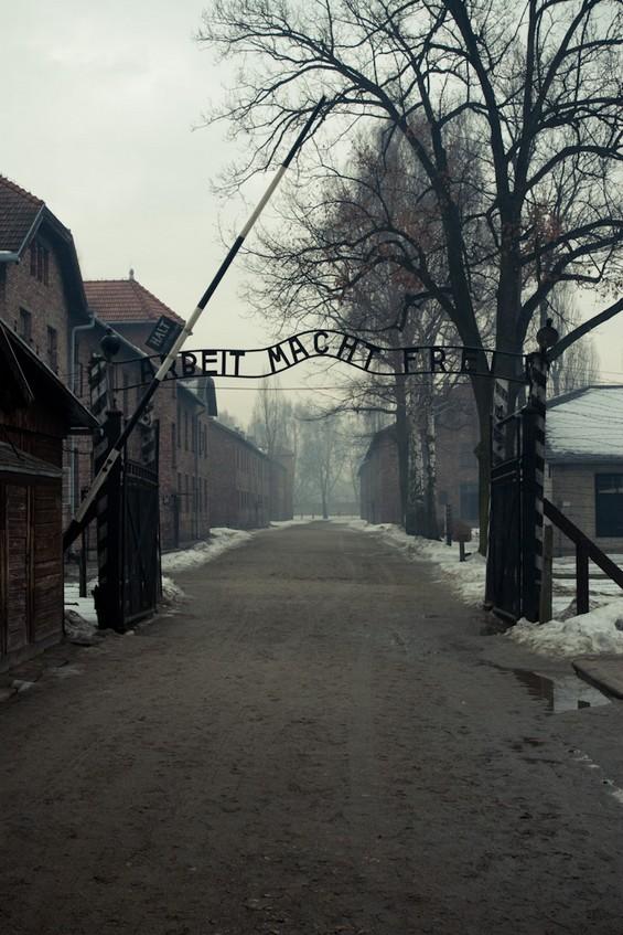 Vue de l'entrée du camp