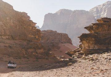 Explorer le désert du Wadi Rum, joyau de la Jordanie.